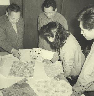 図案を検討する繁雄(左)と 武次郎(左から二人目)