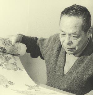 作品を検品する小林繁雄(60歳の頃)