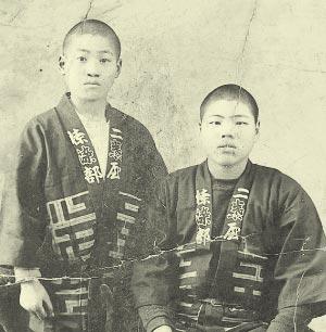 大正の終わり頃。 両親に送るために若い職人が写した写真